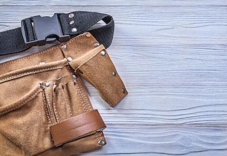 ceinture à outils en cuir sur bois concept de construction du conseil d'administration.