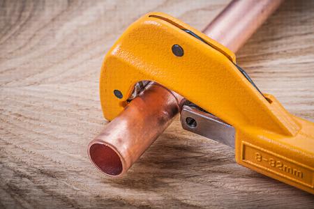 Collection de coupe-tube à eau en cuivre sur le concept de brassware plomberie planche de bois.