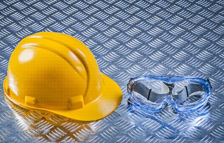 Veiligheidsscherm die voor meerdere doeleinden helm op golfmetaal achtergrondbouwconcept bouwen.