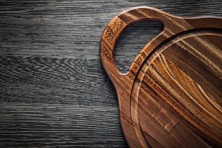 木材の背景に木製のまな板。 写真素材