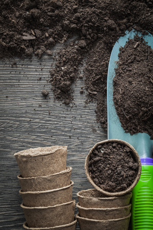 Agriculture peat pots soil shovel on wooden board. Stockfoto