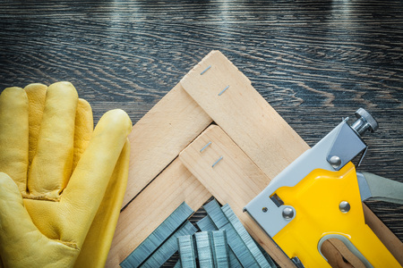 Agrafeuse de construction agrafe des gants de protection en cuir de planches de bois.