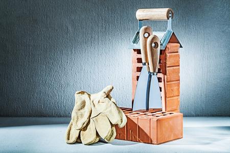 gloves bricks and trowels on concrette background Zdjęcie Seryjne