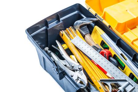 vista ravvicinata degli strumenti nella cassetta degli attrezzi isolata