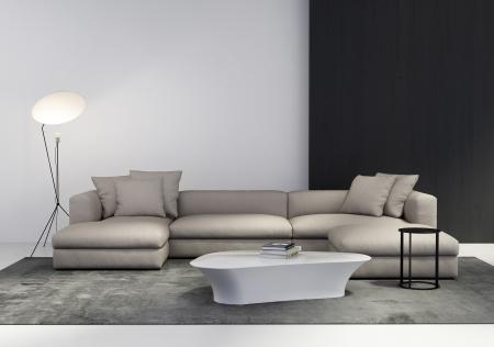 Elegante salón interior contemporáneo con sofá, mesa de café, mesa auxiliar de luz baja y alfombra Foto de archivo