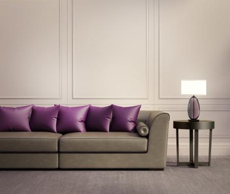 leren bank: Eigentijds klassiek salon, beige lederen sofa met paars rode kussens