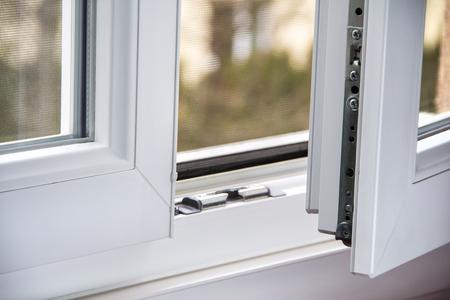 Secure anti-theft burglars-proof window locking mechanism – strong modern PVC metal window Standard-Bild