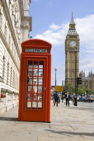 cabina telefonica: Cl�sica Roja Brit�nica cabina telef�nica con el Big Ben en el fondo