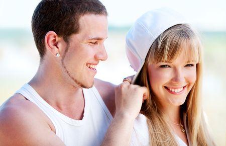 Happy couple debout sur la plage pr�s de l'oc�an