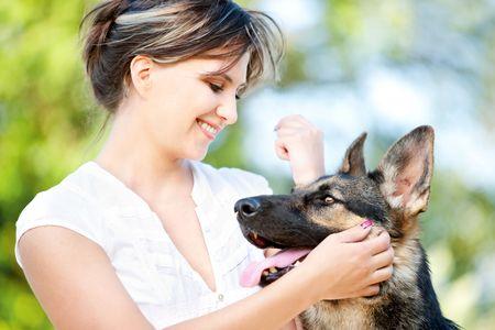 mujer con perro: Mujer joven disfrutar de un soleado d�a de verano con su perro
