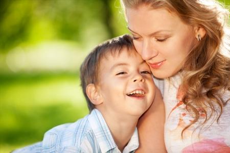 Madre joven hermosa abrazando a su hijo sonriente Foto de archivo - 5404820