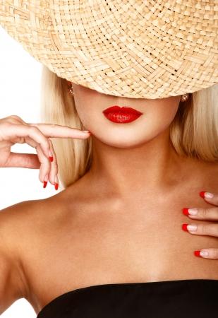 anonyme: Portrait de femme anonyme dans le chapeau de paille sur blanc isol�