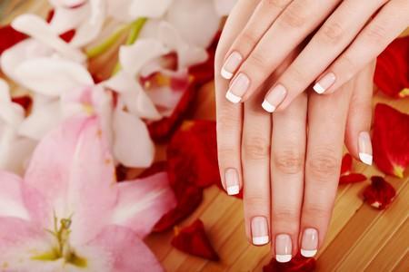 Spa mains sur arri�re-plan floral Banque d'images