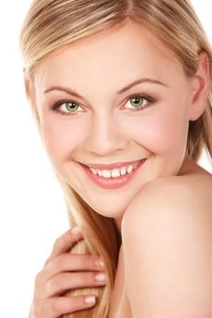 Portrait de jeune femme souriant sur blanc isol�e