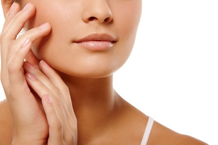 piel: Retrato an�nimo de cabeza de mujer joven y las manos sobre fondo blanco aislado