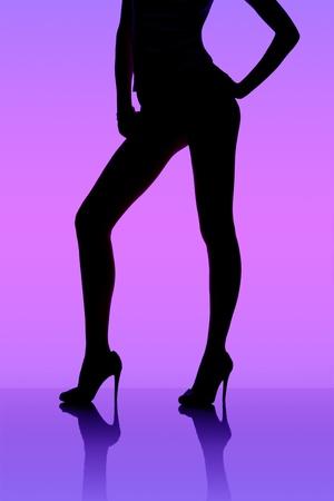 Silhouette de dancing girl entre rideaux noirs Banque d'images