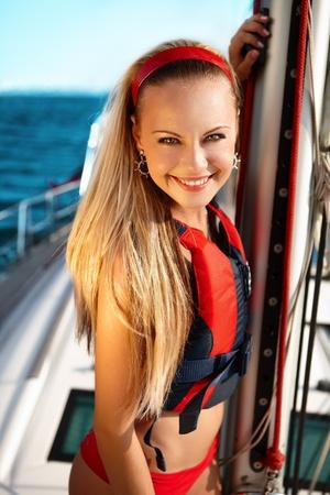 sailor: Chica atractiva navegando en un yate en el d�a de verano