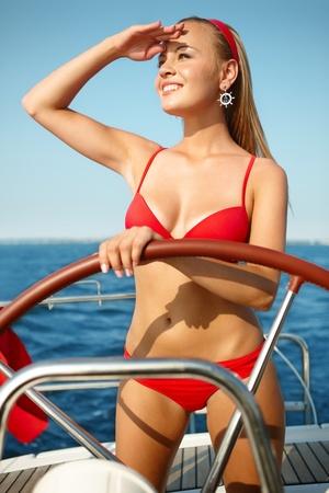 Voile jolie jeune fille sur un yacht sur la journ?e d'?t?