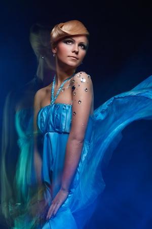 Portrait de mode lumi�re mixte de jeune femme attrayante Banque d'images