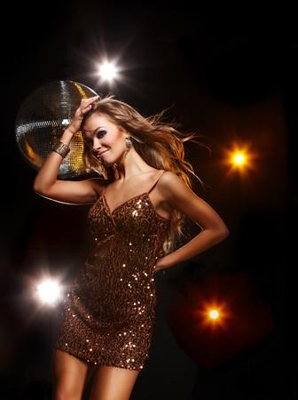 night club: Ritratto di ragazza balla in discoteca festa