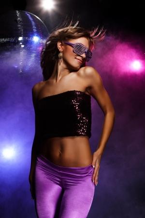 Portrait de jeune fille � danser sur Disco Party Banque d'images