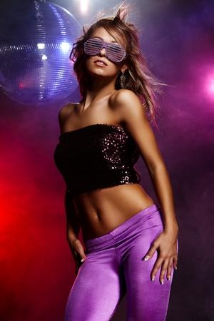 club: Ritratto di ragazza balla in discoteca festa