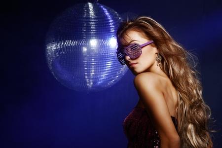 fiestas discoteca: Retrato de ni�a bailando en la fiesta de discoteca