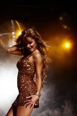 fille sexy: Portrait de jeune fille danse sur soirée disco