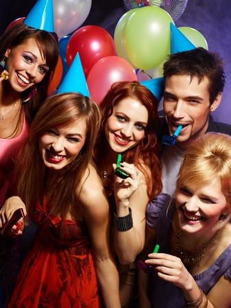personas festejando: Grupo de amigos se divierten en una discoteca