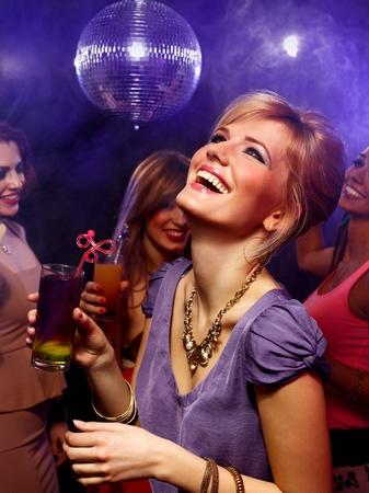 donna che balla: Felice bella ragazza con un drink in discoteca Archivio Fotografico