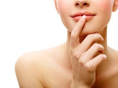 labios sexy: Retrato de joven belleza femenina sobre fondo blanco aislado