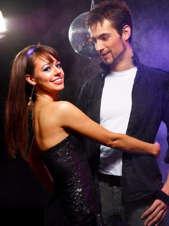 Pretty couple de jeunes gens dansant sur une discoth�que