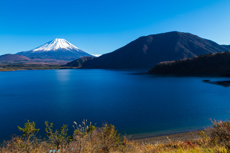 Autumn view of Mt. Fuji, Japans tallest mountain 스톡 콘텐츠