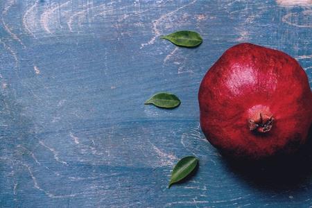 푸른 나무 backround에 석류 스톡 콘텐츠 - 94726772