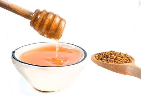 Schüssel mit Bienenpollen getrennt auf Weiß. Nahrungsergänzung