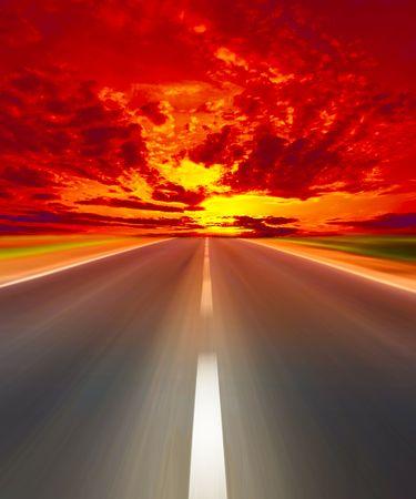 infierno: Carretera de asfalto y las nubes como explosi�n  Foto de archivo