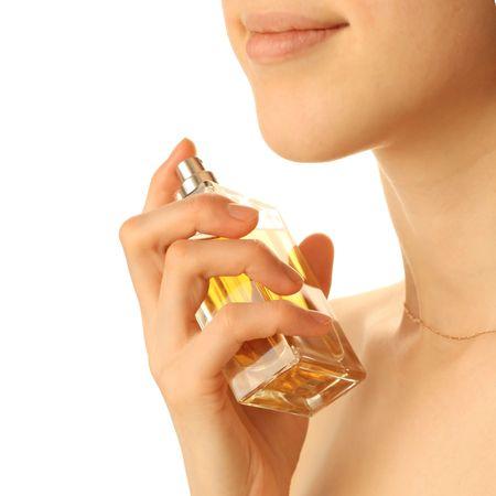 黄色の香水瓶を持つ若い女