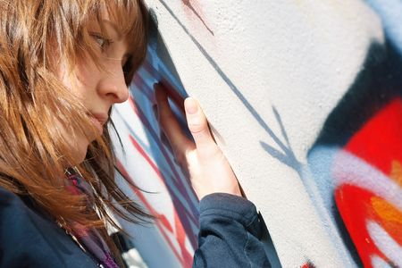 sadly: Purtroppo Woung waman vicino a muro con graffiti