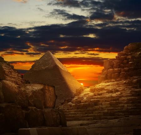 pyramide egypte: Coucher de soleil dans les pyramides de Gizeh  Banque d'images