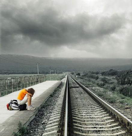 역에서 젊은 여자 대기 열차