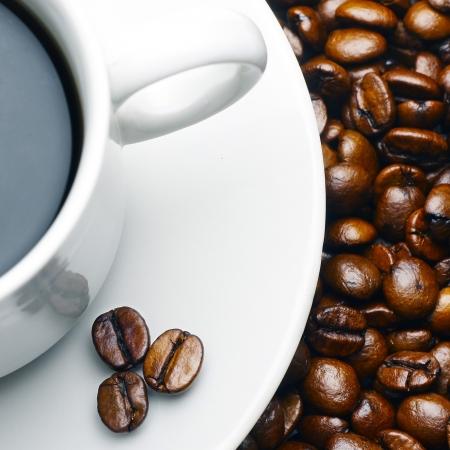 プレートと豆のコーヒー カップ 写真素材