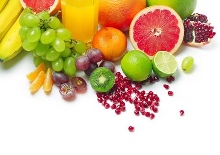 fruit juice: Frutti tropicali maturi bagnati e vetro con succo