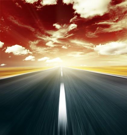 ぼやけた道路と抽象的な赤い空の雲 写真素材