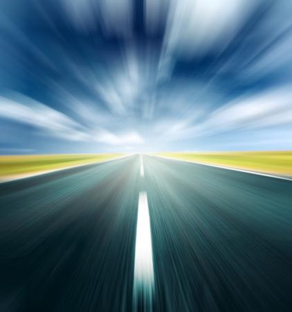 autopista: Carretera borroso y cielo borrosa con la luz y las nubes