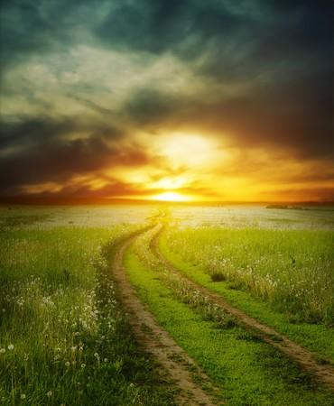 over the hill: Road en el campo bajo luz sunset dram�tico