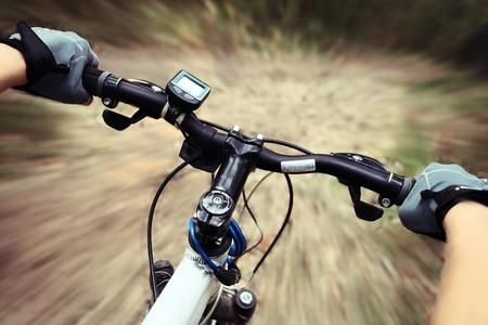 森林のパス上の自転車に乗ってください。 写真素材