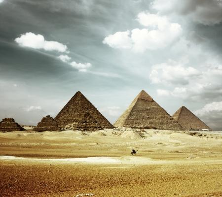 ピラミッド ギザ谷ですりおろす