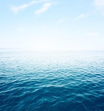 agua: Azul mar con olas y claro cielo azul  Foto de archivo