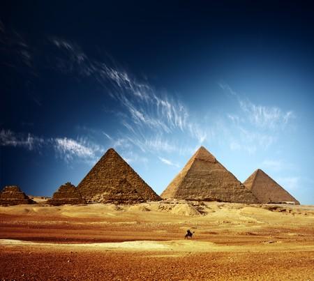 pyramide egypte: Vall�e de Gizeh et pyramides grands ciel bleu avec nuages