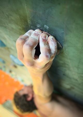 climbing: Hombre joven escalada en la pared interior  Foto de archivo